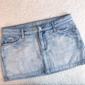 AMERICAN EAGLE Light Wash Faded Denim Mini Skirt